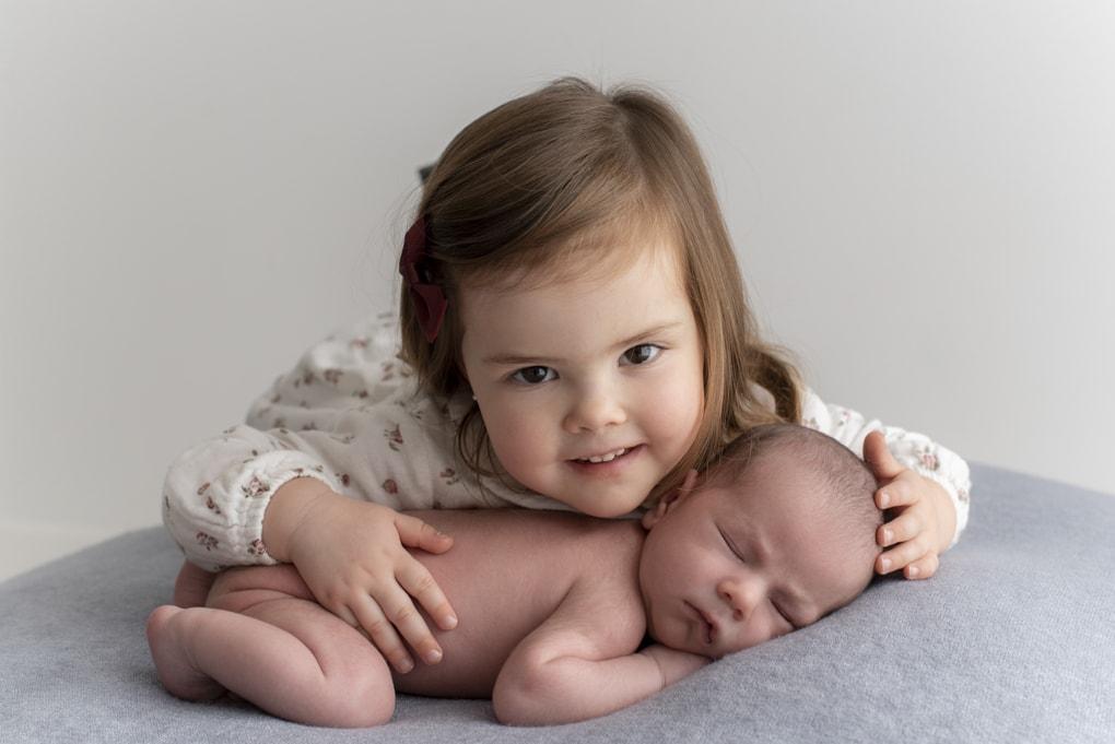 Sesión newborn con hermanos